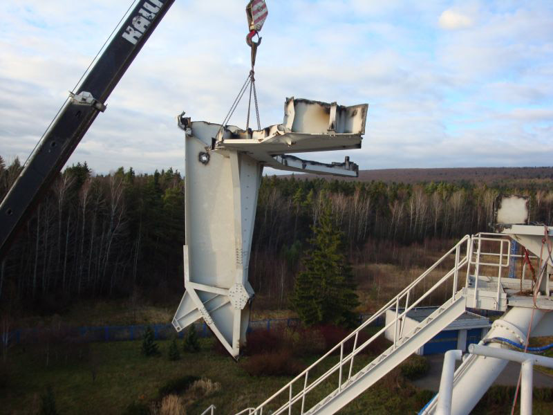 Prace wysokościowe - cięcie konstrukcji stalowej.