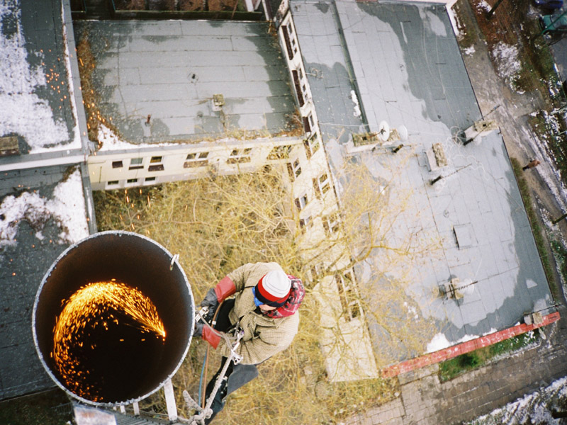 Prace wysokościowe - cięcie komina stalowego.