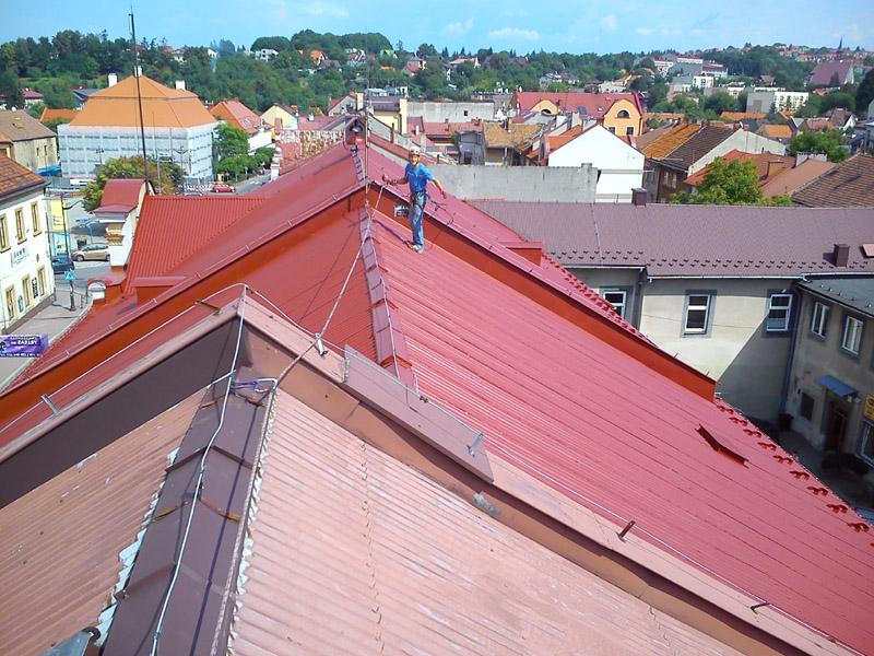 Prace wysokościowe - malowanie dachów.