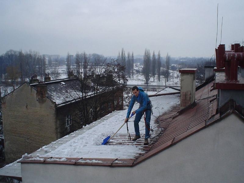 Prace wysokościowe - odśnieżanie dachu.