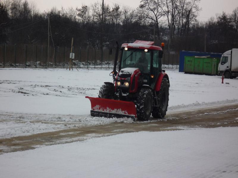 Prace komunalne Kraków - odśnieżanie ciągnikiem.