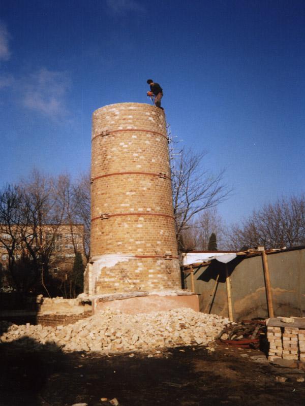 Prace wysokościowe - wyburzanie komina ceglanego.
